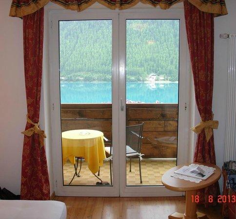Hotel Vernagt Am See: vista dall'interno attraverso la porta finestra
