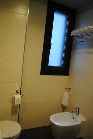 Hotel Axis: Baño