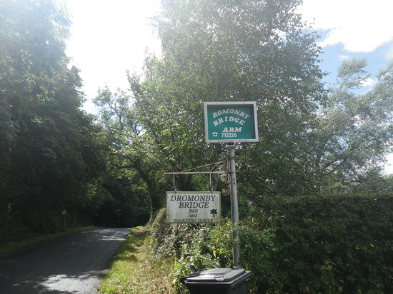 Dromonby Bridge B&B : Maybe the sign needs a bit of TLC