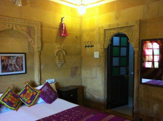 Hotel Nirmal Haveli: bathroom door from the room