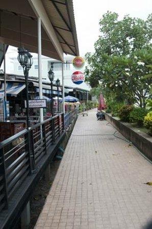 Daeng Namnueng: Walkway