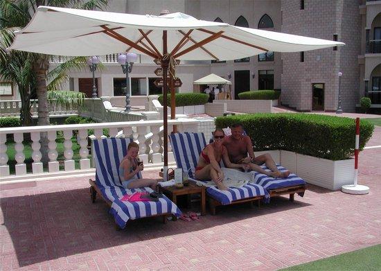 Al Bustan Palace, A Ritz-Carlton Hotel: Ons vaste plekje bij het zwembad