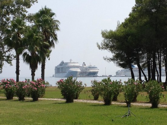 TUI FAMILY LIFE Kerkyra Golf : Constant Stream of Cruise Ships