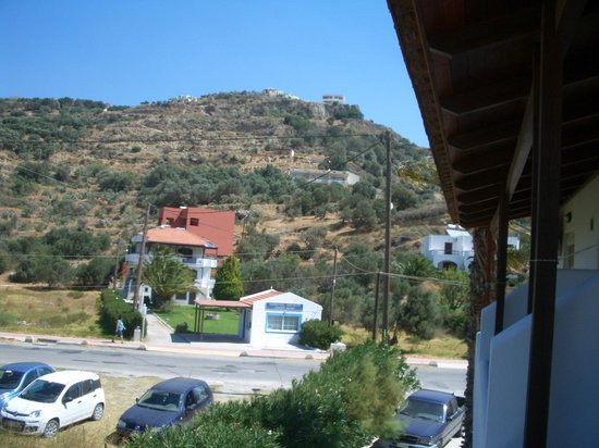 Hotel Irida Plakias: From our balcony looking the other way towards the road...