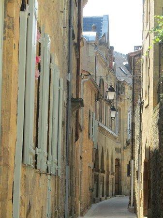 Hôtel-Restaurant Le Home au Père William : Narrow streets in Belves
