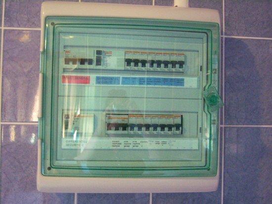 Motel Limoux : Il quadro elettrico generale in bagno