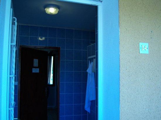 Motel Limoux : L'ingresso della stanza 14, che dà sul bagno