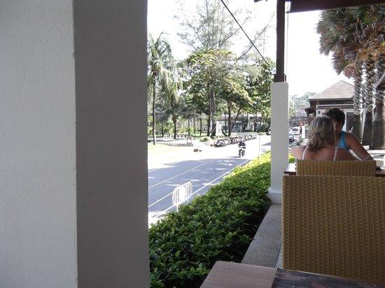 Katathani Phuket Beach Resort: view at breakfast