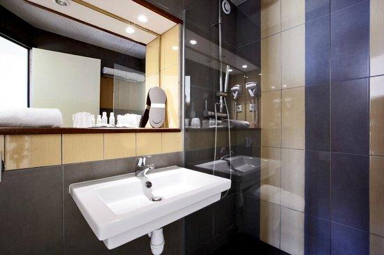 Kyriad Montelimar Centre : Bathroom