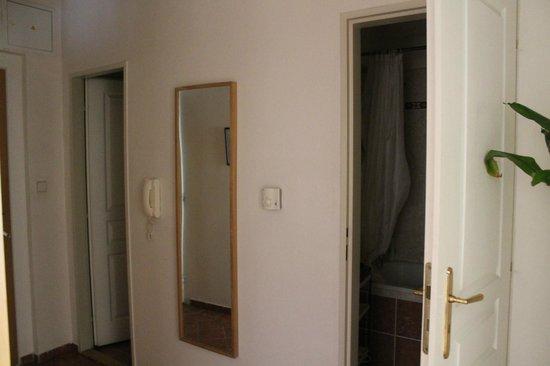 City Centre Apartments: bagni (uno con vasca, uno con wc)