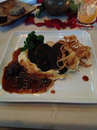 [m]eatery bar + restaurant: Gegrillte Blutwurst auf Schalotten-Kartoffelpüree mit Ochsenschwanzjus