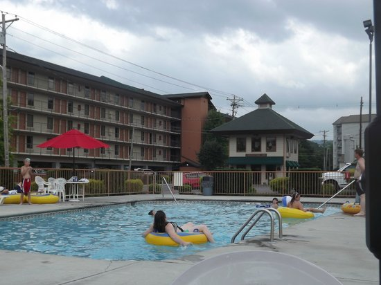 Creekstone Inn: View of Hotel and Pool