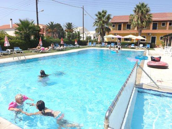 Yiannis II Hotel: Pool area