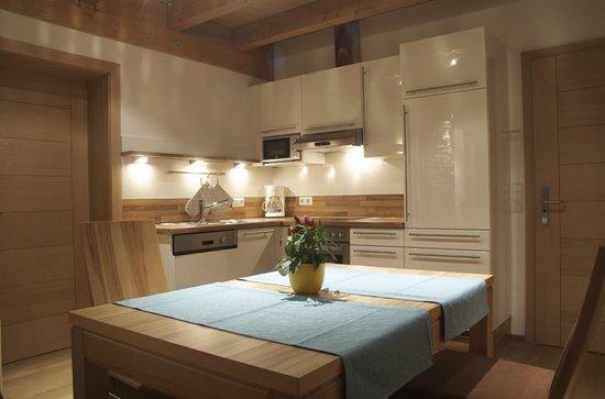 Landhaus und Residenz zur Hackenschmiede: Wohnraum und Küche des **** Apartments Quellewasser in der Residenz zur Hackenschmiede