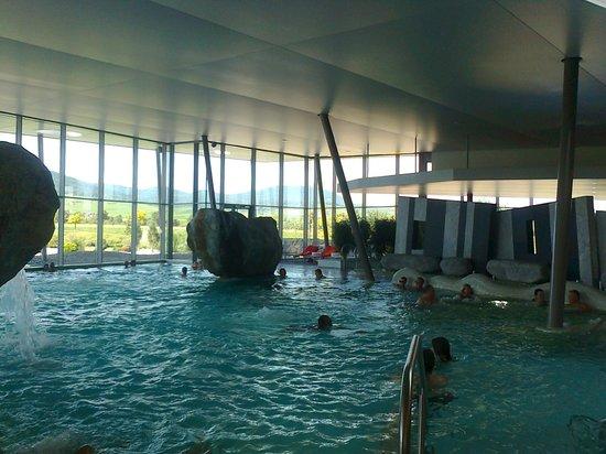 Bassin int rieur avec cascades et bains bulles photo for Piscine spa ribeauville