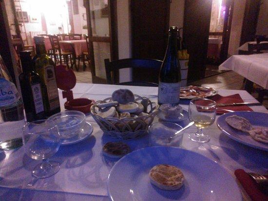 Marano sul Panaro, Ιταλία: Crescentine, salumi, formaggio...aspettando il formaggio alla piastra con miele!