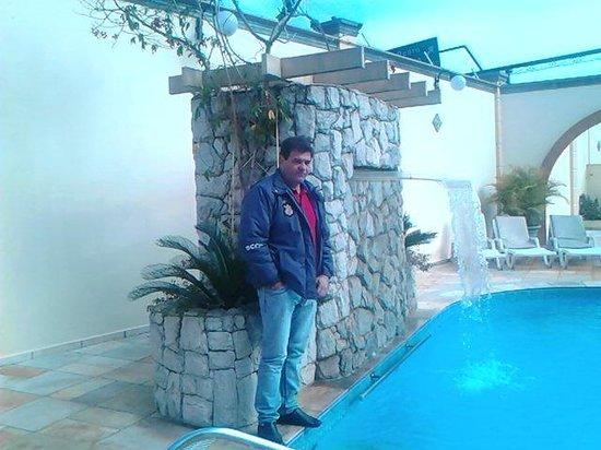 Hotel Portal das Aguas: Piscina do hotel com cachoeira