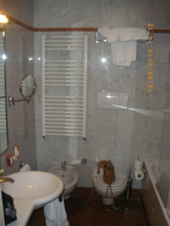 هوتل أدلر كافالييري: Baño de habitacion doble