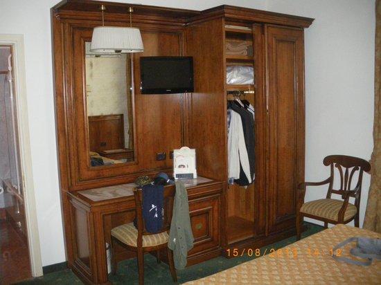 Adler Cavalieri: Armario y mesa de habitacion doble