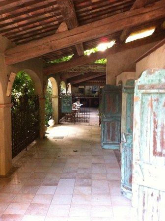 Chateau de Cavanac : Zona de entrada a la piscina y al bar