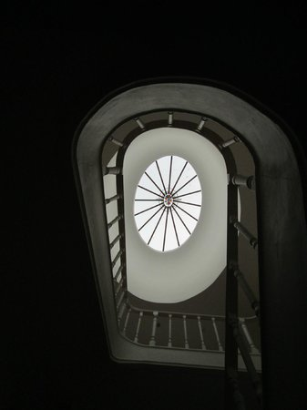 كال جيست هاوس: Stairway