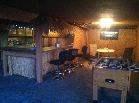 Vista del Lago Lakehouse and Cottages : Tiki Bar by the lake. byob and hang out.