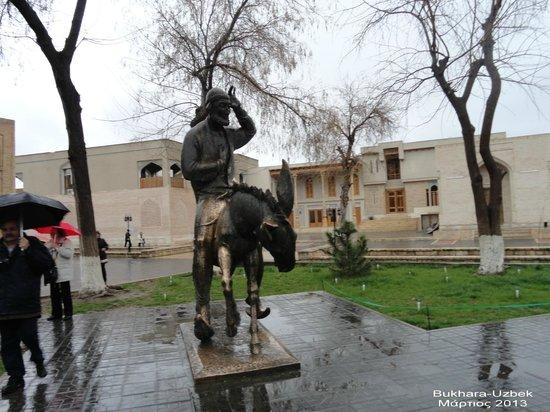 Kukeltash Madrasah: Bukhara, Nasrudin Hoja statue in front of Kukeldash Madrasah