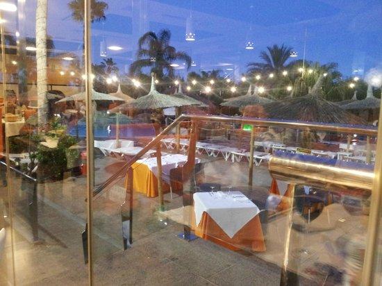 La Marina Camping & Resort: vistas de la piscina desde el interior del comedor