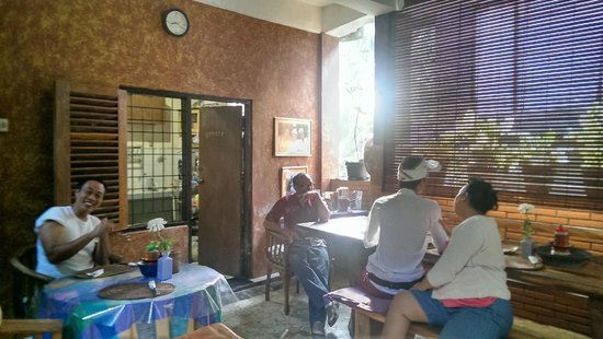 Nirwa Ubud Homestay: Lunch Area with Made's family