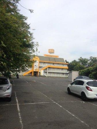 Premiere Classe Villepinte Parc Des Expositions : parking lot