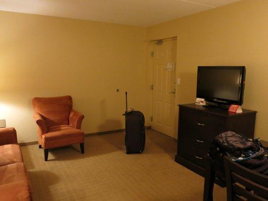 Country Inn & Suites by Radisson, Niagara Falls, ON: Room entry / living room