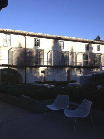 Nun Assisi Relais & Spa Museum: il cortile interno (e la balconata che collega le stanze)