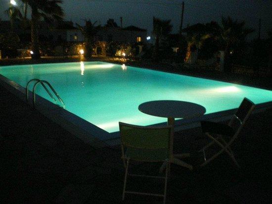 Santa Elena Hotel: swimming pool by night