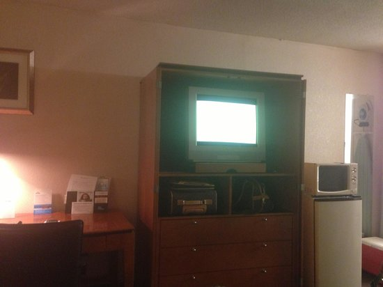 Days Inn Luray Shenandoah: TV area