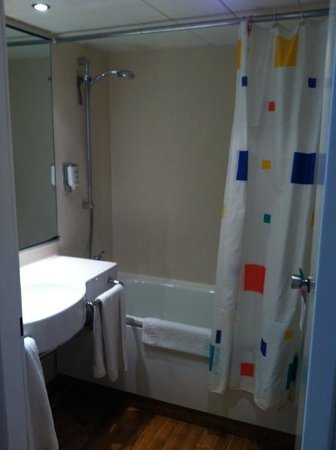 Mercure Hotel Bielefeld Johannisberg: Krappe badkamer met goedkoop douchegordijn