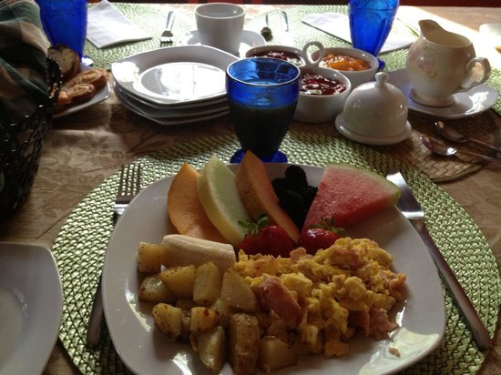 Ruta Bagage : Breakfast, including many fresh fruits which were delicious and not just garnish.