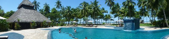 Clandestino Beach Resort: The pool and the restaurant