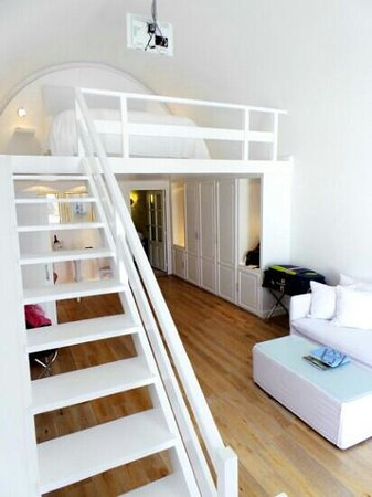 Katikies Hotel: cozy stairs to the bed section