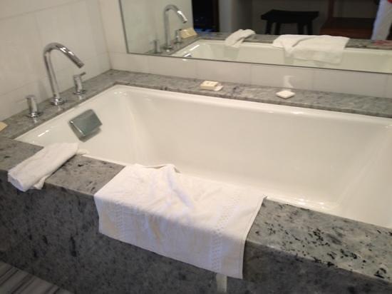 Fairmont Pacific Rim : Bathroom tub
