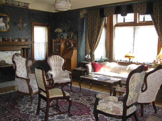 Brumder Mansion Bed and Breakfast: Living Room