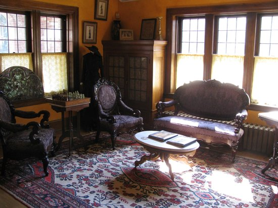 Brumder Mansion Bed and Breakfast: Library