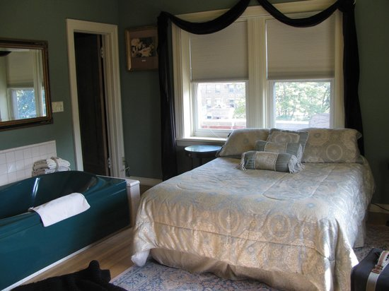 Brumder Mansion Bed and Breakfast: Corner Bedroom of George Suite