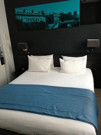 Hotel Le Bailli de Suffren: Double room bed and art