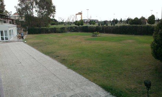 The Pendik Residence: garden