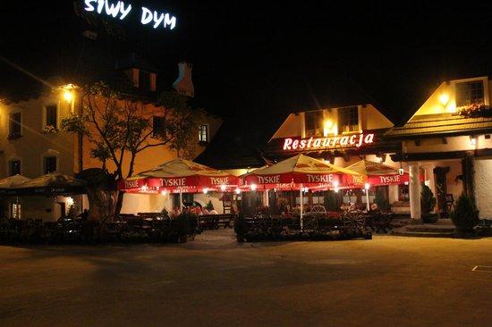 Siwy Dym: L'entrée et la terrasse du restaurant