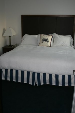 Island Inn and Suites: Large beds prevail with bright and fresh bedding.