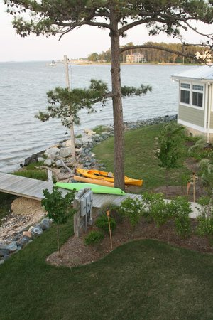 Island Inn and Suites: View from balcony of kayaks available for guests (bikes also available)