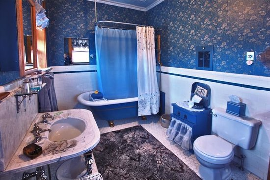 Ferris Mansion Bed and Breakfast: Blue Room Bath