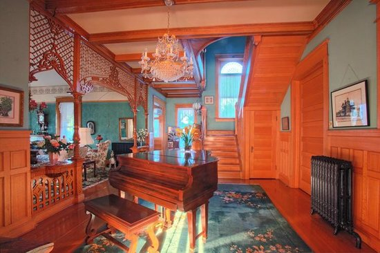Ferris Mansion Bed and Breakfast: Piano Room