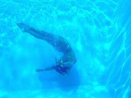 Blue Water Motel: Beautiful Underwater Pool Picture!